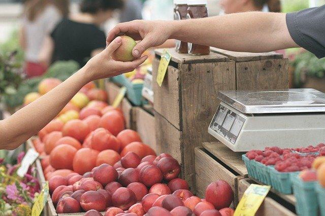 מוכר פירות וירקות בשוק לוינסקי בתל-אביב